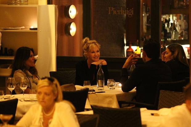 Kein romantisches Dinner zu zweit, sondern zu viert: Neben Matt Dillon sitzt seine Freundin Roberta Mastromichele (ganz rechts) - und auch Melanie Griffith hat eine Freundin mitgebracht (ganz links).