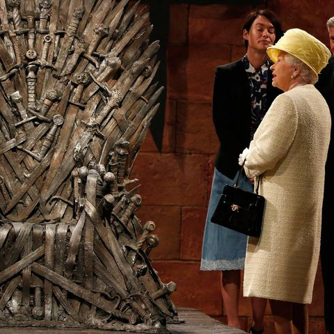 "24. Juni 2014: Beim Staatsbesuch in Nordirland hat Queen Elizabeth Gelegenheit, sich am Set der Serie ""Games Of Thrones"" umzuschauen. Vielleicht hätte sie in dem aus Schwertern gestalteten Thron auch gerne mal Platz genommen?"