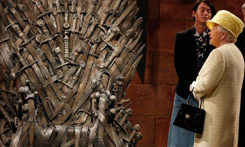 """24. Juni 2014: Beim Staatsbesuch in Nordirland hat Queen Elizabeth Gelegenheit, sich am Set der Serie """"Games Of Thrones"""" umzuschauen. Vielleicht hätte sie in dem aus Schwertern gestalteten Thron auch gerne mal Platz genommen?"""