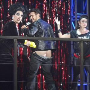 """James Franco lässt sich bei """"Broadway Bares – Rock Hard!"""", einer HIV-Benefizveranstaltung, die Hose runterziehen."""
