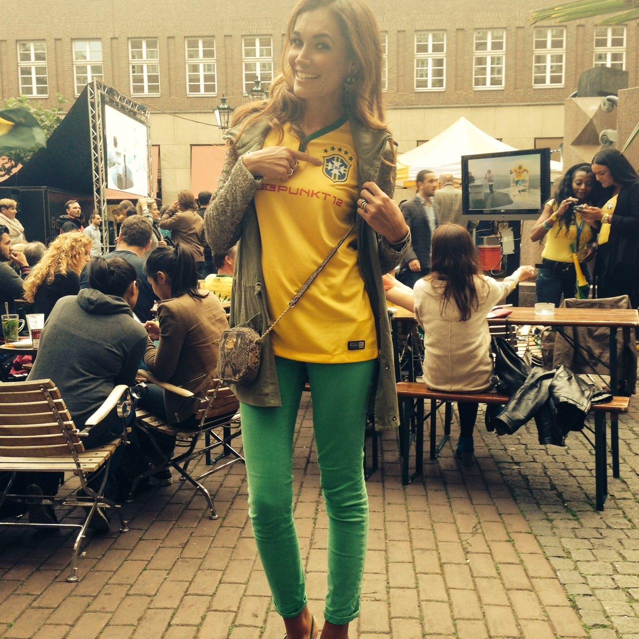 Fußball-Fan Jana Ina Zarella ist erleichtert: Brasilien ist im Achtelfinale. Natürlich hofft die gebürtige Brasilianerin auf den WM-Titel im eigenen Land. Doch bis dahin drückt sie auch weiterhin der deutschen Mannschaft kräftig die Daumen.