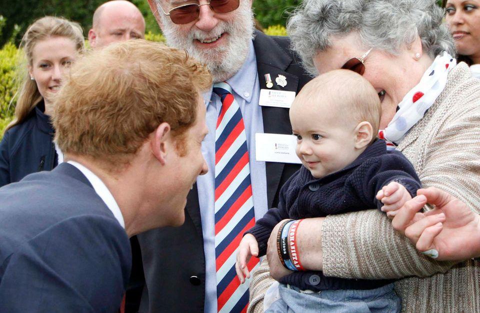 Der einzige, der offenbar einen Schlag bei Babys hat, ist Party-Prinz Harry.