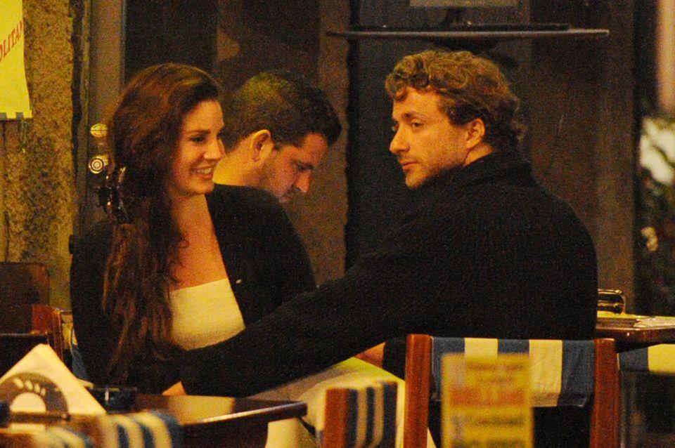 Lana Del Rey und Francesco Carrozzini sehen sich in einer Bar in Portofino das WM-Spiel USA gegen Belgien an.