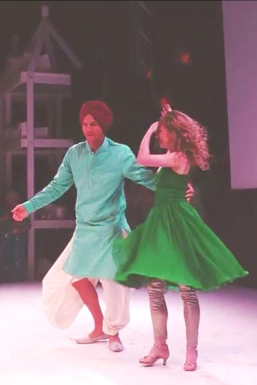 Ashton Kutcher lässt auf einer Bollywood-Hochzeit die Hüften kreisen.