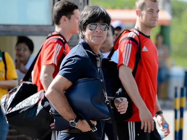 Bundestrainer Jogi Löw ist Fan der marineblauen Laptop-Tasche von Lili Radu, die Schweinsteiger-Freundin Sarah Brandner entworfen hat. Das limitierte Stück kostet ca. 330 Euro.