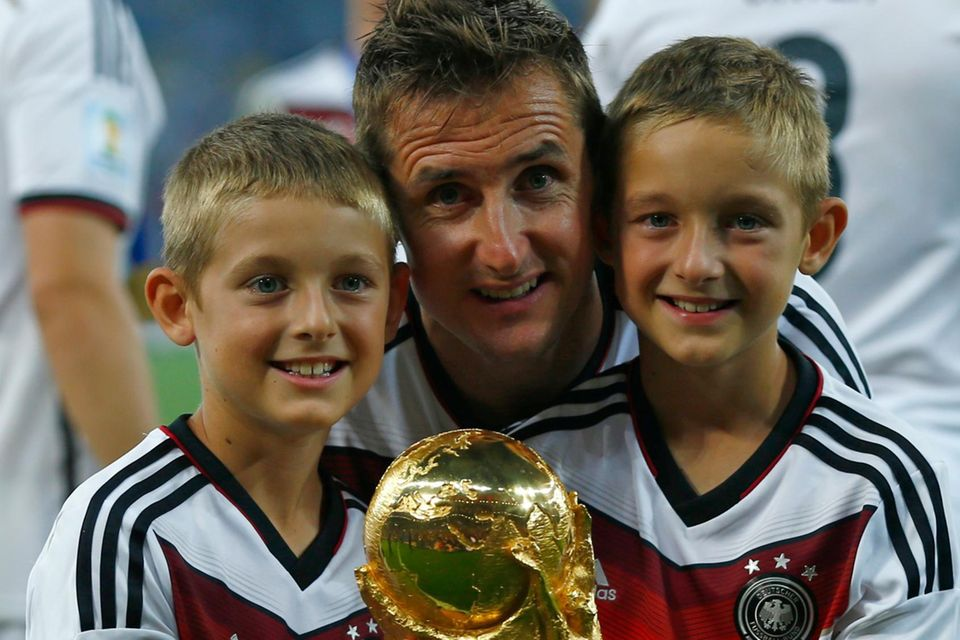 Miroslav Klose mit seinen Zwillingen Luan und Noah