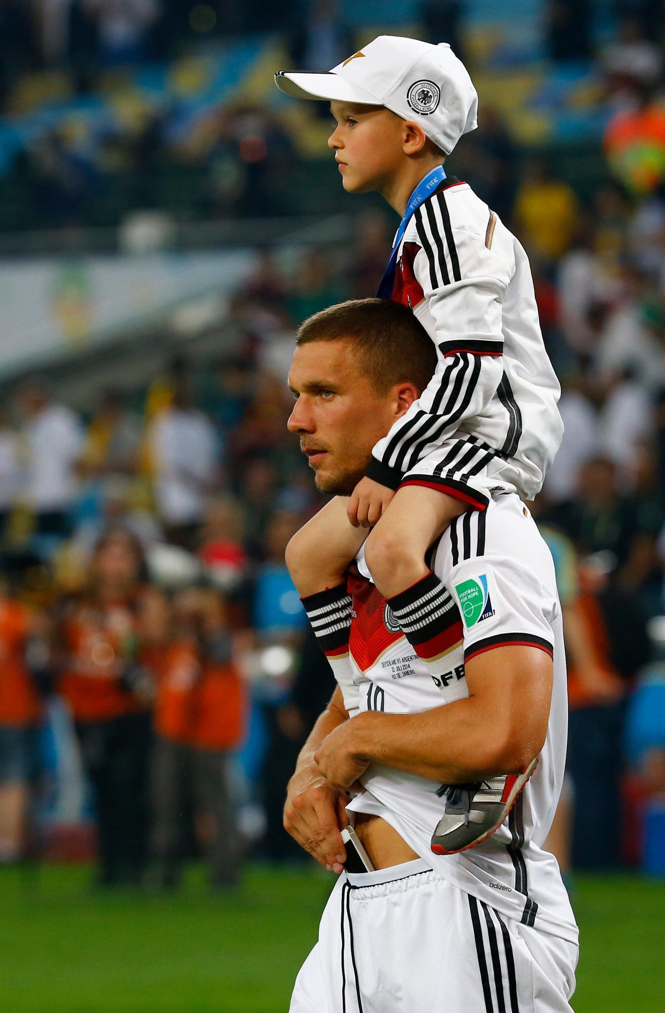 Lukas Podolski trägt Sohn Louis auf seinen Schultern
