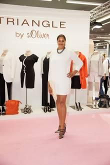 """Cassandra Steen macht auch verheiratet eine gute Figur! Hier trägt sie ein Kleid aus der TRIANGLE-Kollektion von s.Oliver. """"Privat kleide ich mich sehr entspannt"""", sagt sie."""