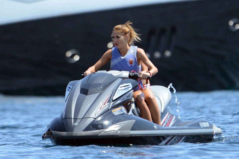 Ann-Kathrin Brömmel düst auf einem Jetski übers Mittelmeer.