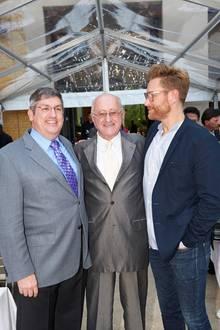 Stolzer Vater von zwei Adoptivsöhnen: Der Jubilar mit Keith Biolek-Austin, 51, (l.) und Scott Biolek-Ritchie, 45.