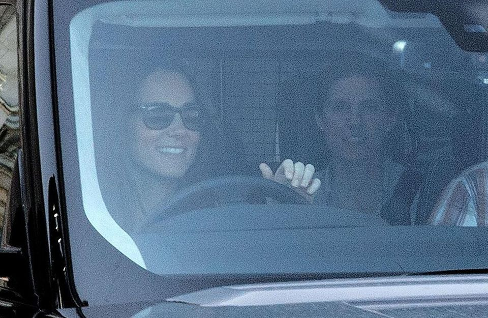 Herzogin Catherine und Nanny Maria Borallo machen sich mit George auf den Weg zum Buckingham Palast, um Uropa Prinz Philip zu besuchen.