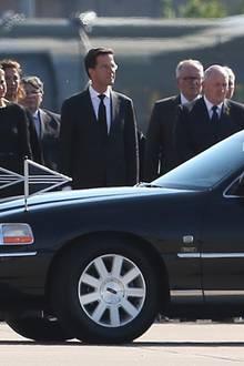 Das niederländische Königspaar salutiert den Leichenwagen mit den Opfern des Todefluges MH17.