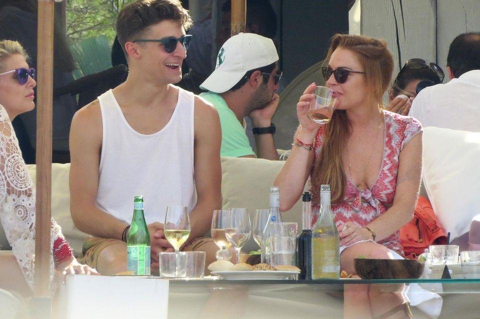 Der Hollywood-Star genießt einen Tag mit Freunden - und Alkohol. Auf dem Tisch stehen Bier - und Weinflaschen.