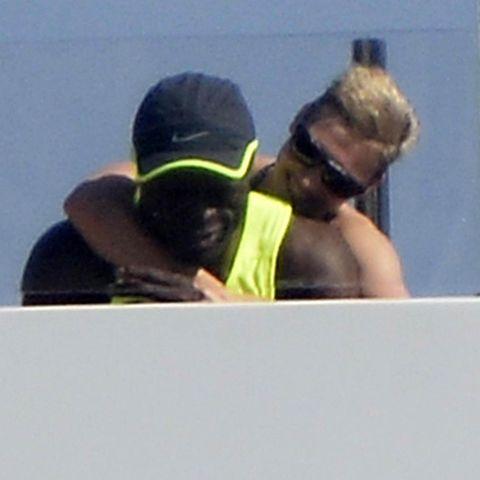 Seal und seine Freundin auf einer Jacht bei der Insel Ponza, Italien.
