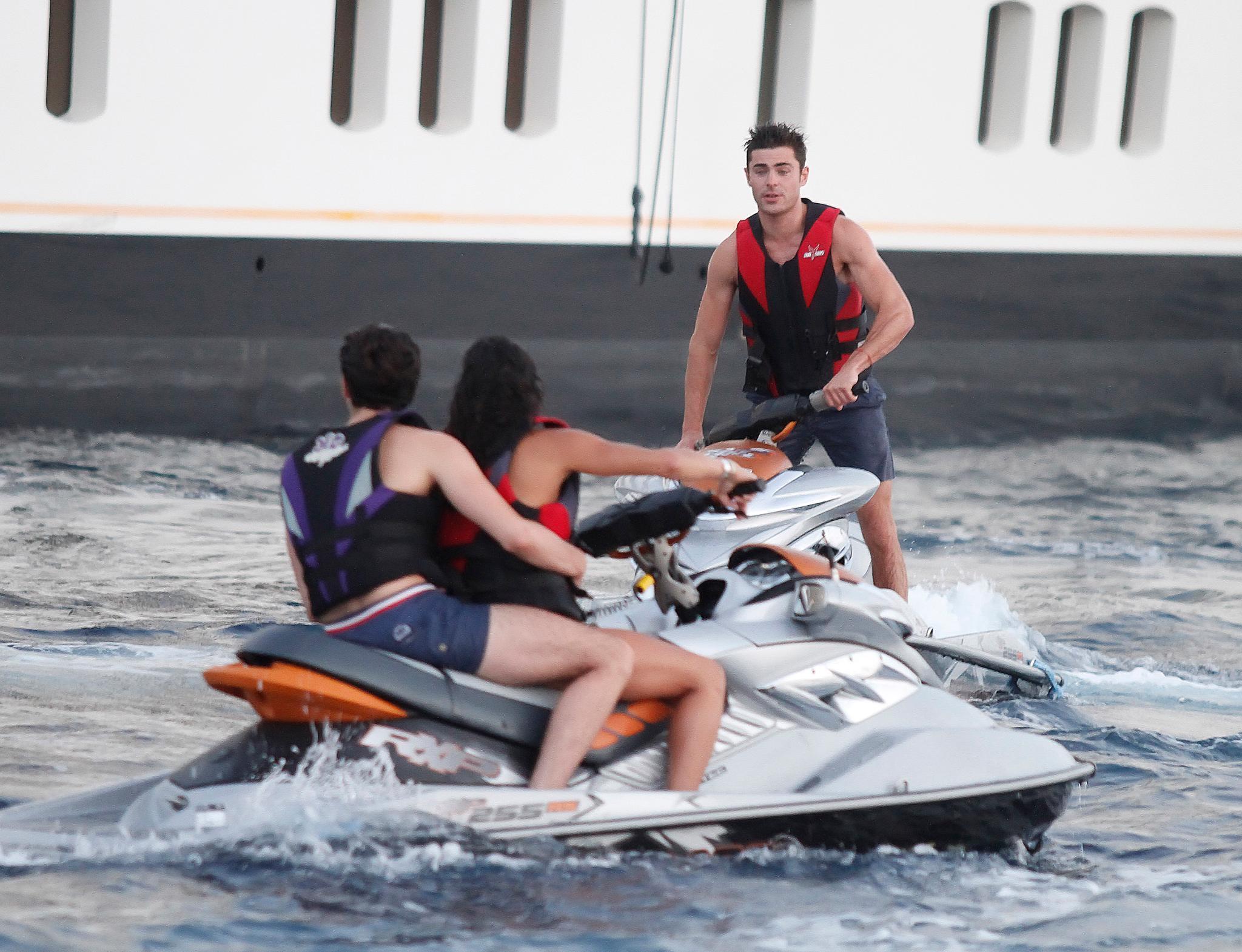 Michelle Rodriguez und Zac Efron fahren auf ihren Jetskis um die Wette. Sie hat noch einen anderen Passagier dabei.