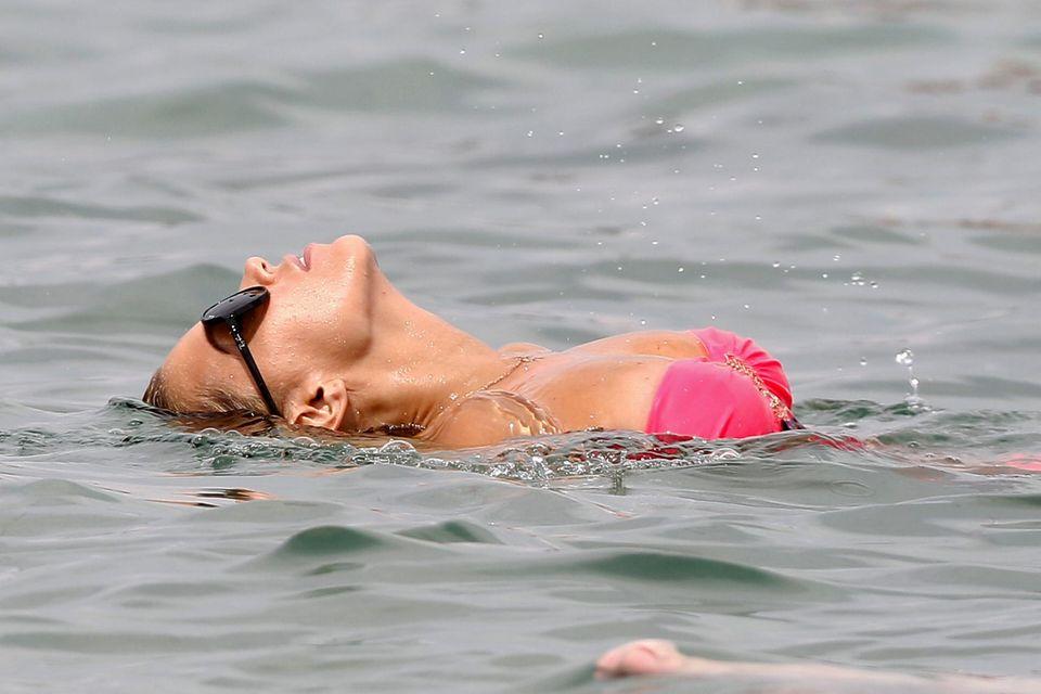 Sylvie Meis beim Schwimmen mit Sonnenbrille.