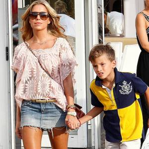 Sylvie mit Damian beim Shoppen.