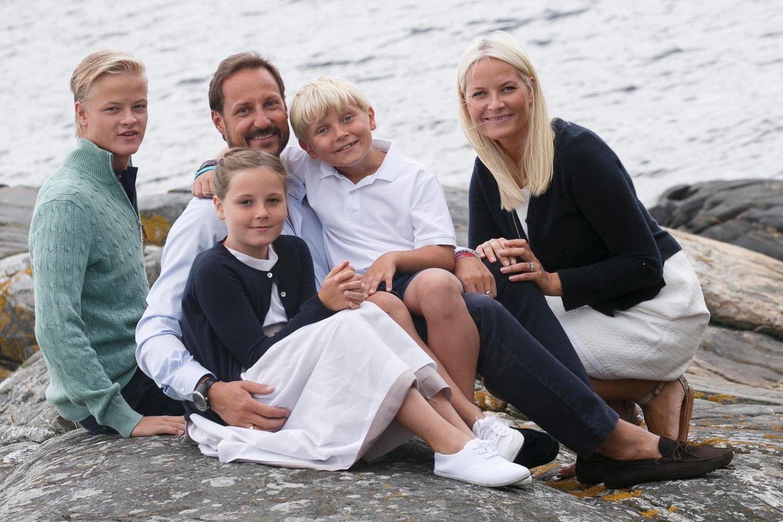 Am 17. Juli zeigte sich die norwegische Kronprinzenfamilie strahlend beim auf Dvergsøya, wo sie gemeinsam Urlaub machen.