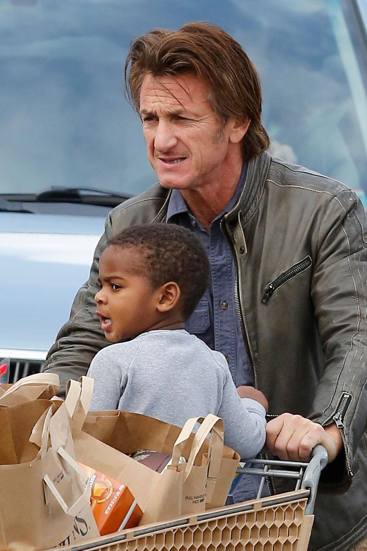 Er fühlt sich als Vater: Charlize Theron adoptierte den kleinen Jackson vor gut zwei Jahren, da war sie Single. Sean Penn entwickelte nun schnell ein enges Verhältnis zu dem Jungen. Seine eigenen Kinder aus der Ehe mit Robin Wright Penn sind schon erwachsen.