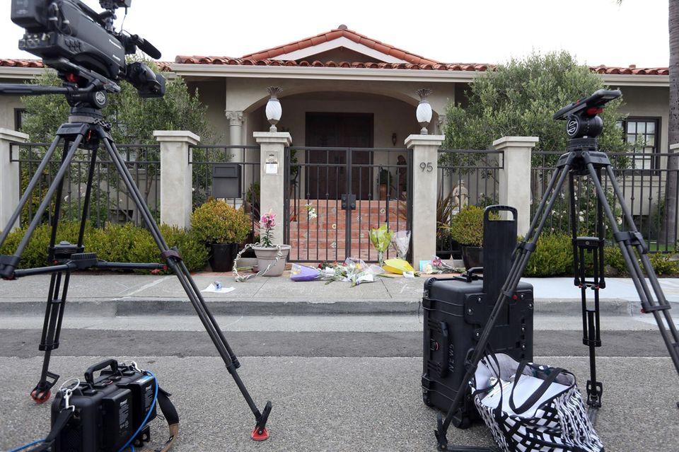 Vor dem Haus, in dem Robin Williams starb, haben Kamerateams Position bezogen. Fans legen Blumen nieder.