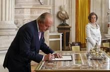 Als der König Mitte Juni im Zarzuela-Palast ein Gesetz unterschreibt, das seine Abdankung regelt, schaut seine Frau distanziert zu.