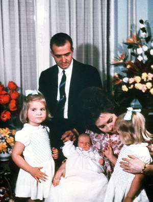 Ein Bild aus glücklichen Tagen: Liebevoll beugen sich Sofia und Juan Carlos 1968 über den neugeborenen Sohn Felipe.