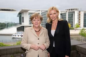 Das Original und die Frau, die sich traut, die Kanzlerin zu spielen: Angela Merkel mit Veronica Ferres.