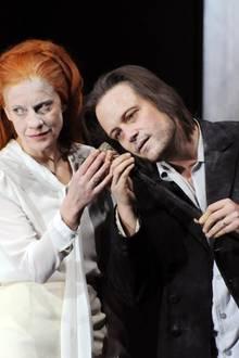 """Am Wiener Burgtheater ist Caroline Peters (hier mit August Diehl in """"Das Geisterhaus"""") seit zehn Jahren festes Ensemblemitglied."""