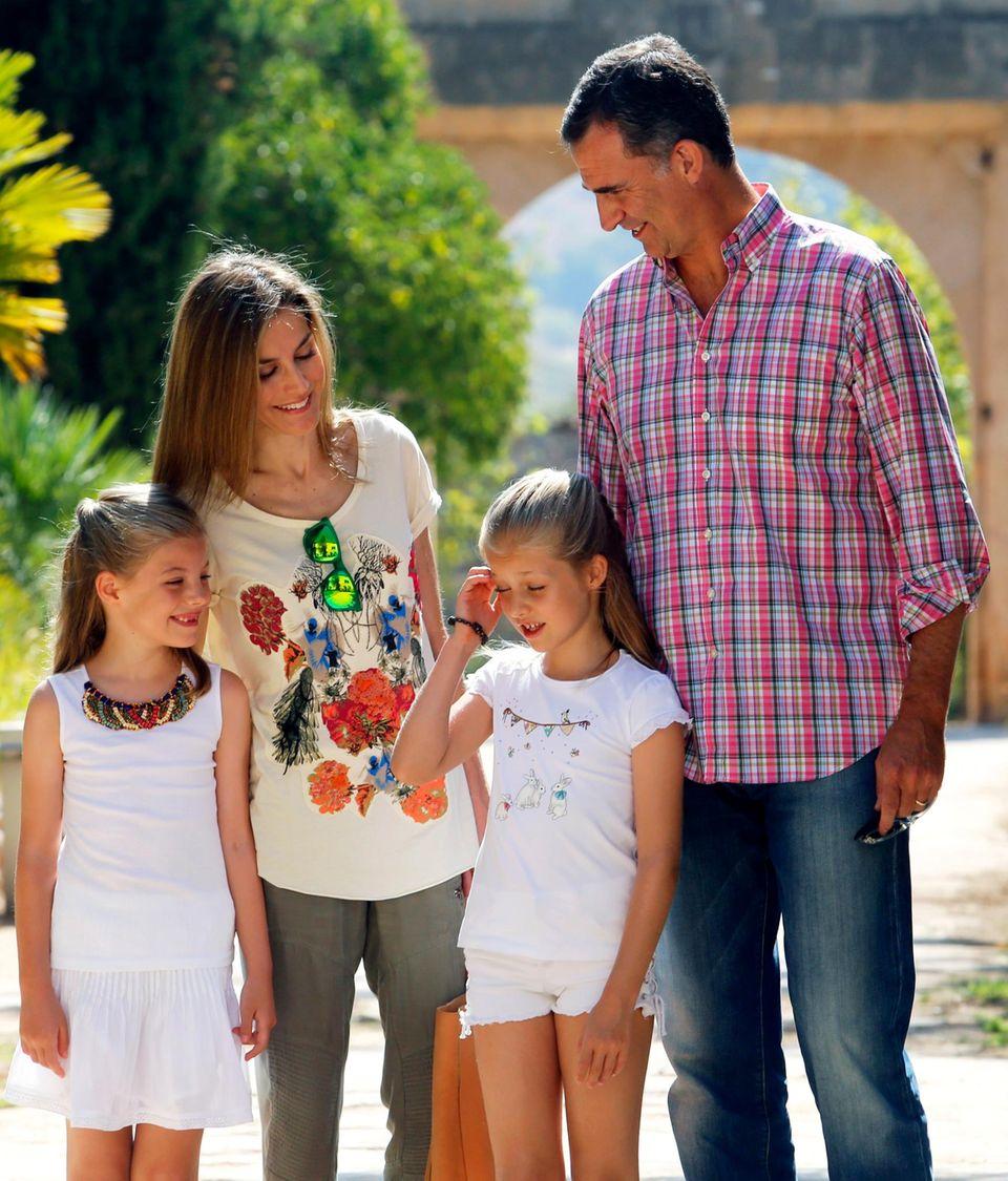König Felipe und Königin Letizia zeigen sich am 11. August noch sommerlich-entspannt mit ihren Töchtern. Nach dem Urlaub gibt es neue Gerüchte.