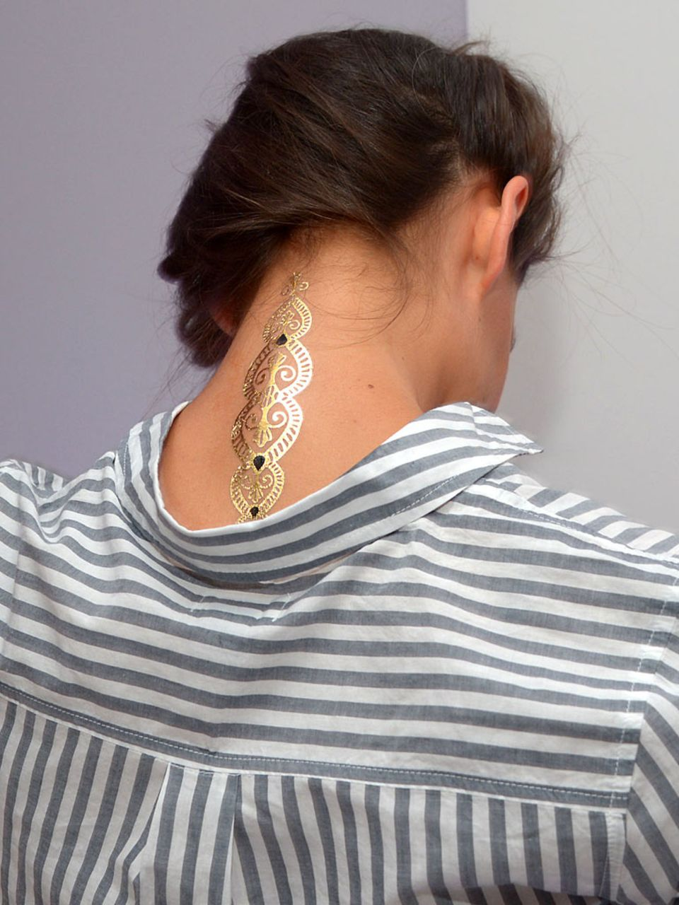 Auf der New York Fashion Week probiert Katie Holmes den neuen Tattoo-Trend aus.