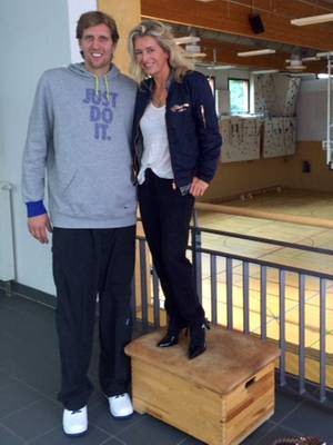 Gar nicht so leicht, Dirk Nowitzki (2,13 Meter) auf Augenhöhe zu begegnen! GALA-Redakteurin Hili Ingenhoven (1,70 Meter) versucht es beim Treffen in Köln mit High Heels und Holzkiste.