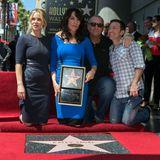 """Reunion: Katey Sagal (2.v.l.) posiert mit ihrem Stern auf dem """"Walk of Fame"""". An ihrer Seite sind ihre Ex-Kollegen Christina Applegate, Ed O'Neill und David Faustino."""