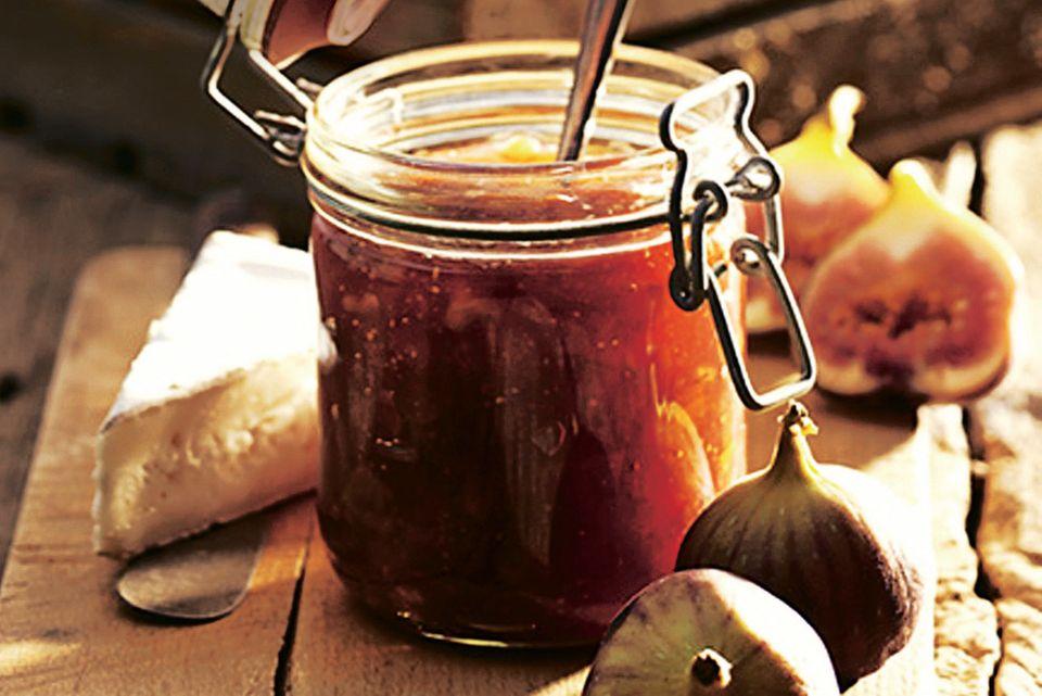 Feigentöpfchen mit Rotwein und Walnüssen