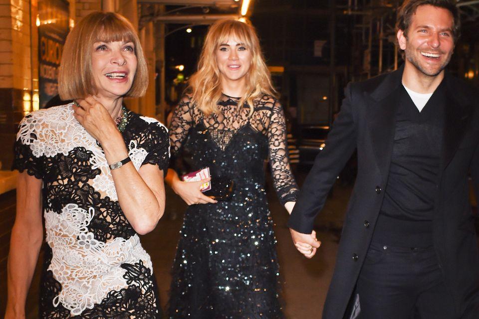 """Da kommt Freude auf: Mit Schauspieler Bradley Cooper macht die """"Fashion Week London"""" gleich noch mehr Spaß für Anna Wintour (in schwarz-weißer Spitze) und Coopers Freundin, Model Suki Waterhouse (besticktes Kleines Schwarzes)."""