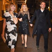 Anna Wintour, Suki Waterhouse und Bradley Cooper während der Fashion Week in London.