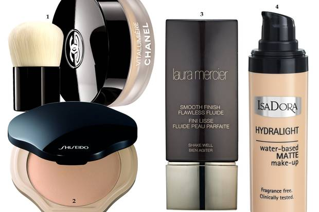 "1 ""Vitalumière Loose Powder Foundation"" von Chanel, ca. 72 Euro 2 Kompakt-Foundation ""Sheer and Perfect Compact"" von Shiseido, ca. 44 Euro 3 ""Smooth Finish Flawless Fluide"" von Laura Mercier, 30 ml, ca. 28 Euro 4 ""Hydralight Foundation"" von Isadora, 30 ml, ca. 15 Euro, exklusiv bei Douglas"