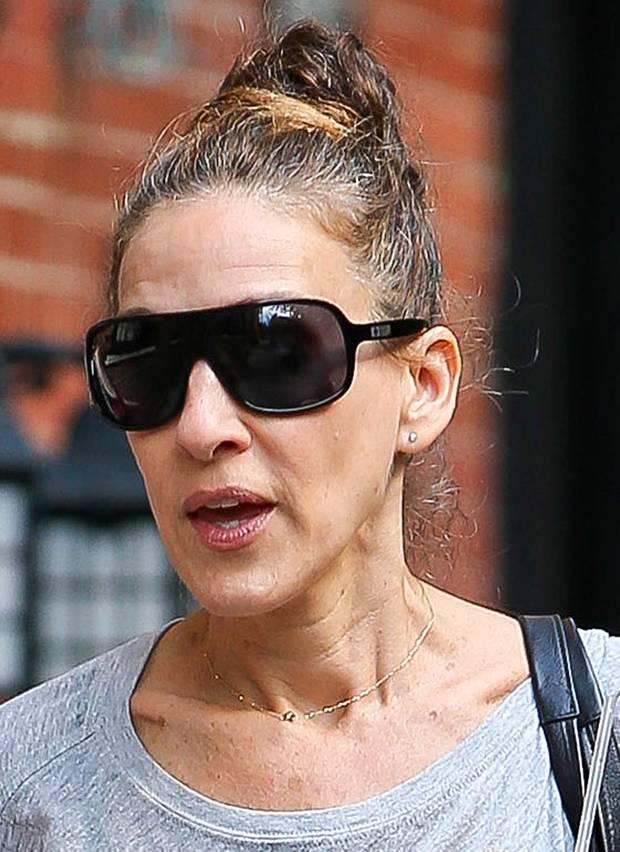 Die tiefen Falten ihres Halses passen nicht zum junggebliebenen Gesicht von Sarah Jessica Parker.