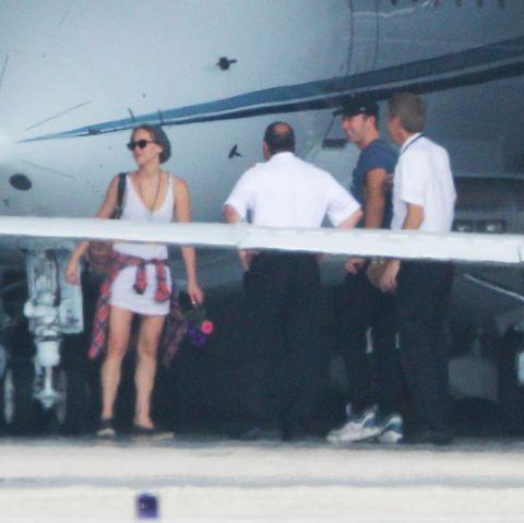 Jennifer Lawrence und Chris Martin (2.v.r.) kommen gemeinsam in Los Angeles mit einem Privatjet an.