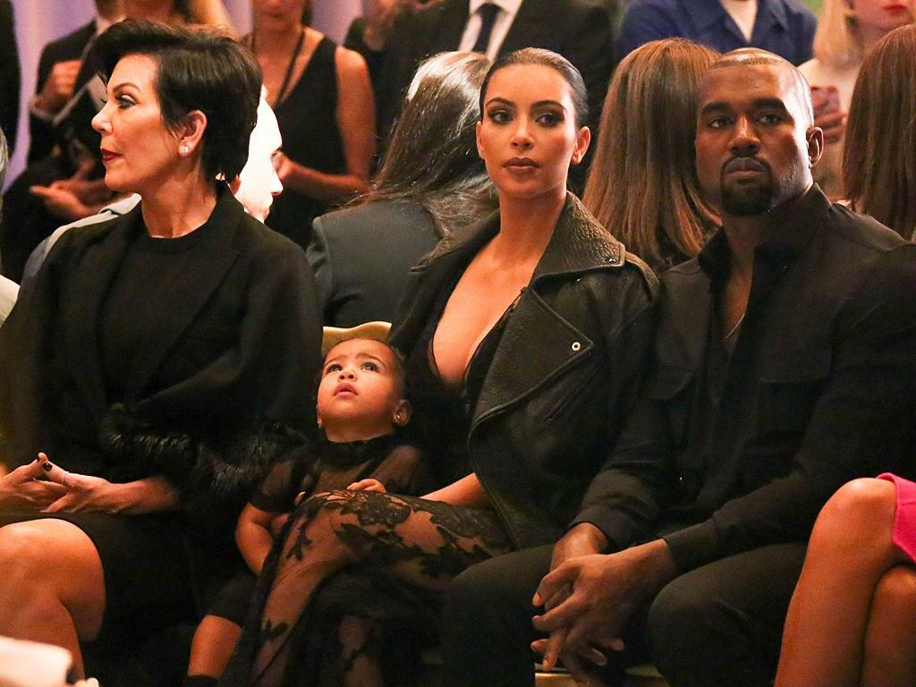 Während Mama Kim Kardashian (Mi.), Papa Kanye West (re.) und Oma Kris Jenner (li.) gespannt der Givenchy-Fashion-Show folgen, wirkt ihre kleine North West eher abwesend und verträumt.