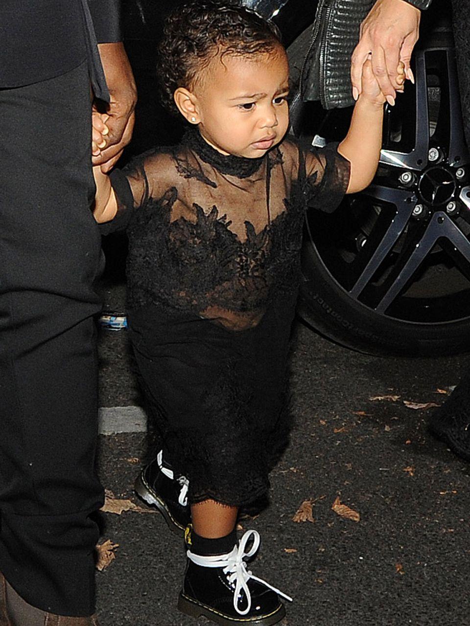 Ist das noch kindgerecht? Kim Kardashian liebt es ihre kleine North in sündhaft teure Luxus-Kleider zu stecken. Mit diesem transparenten Outfit dürfte Kim allerdings zu weit gegangen sein.