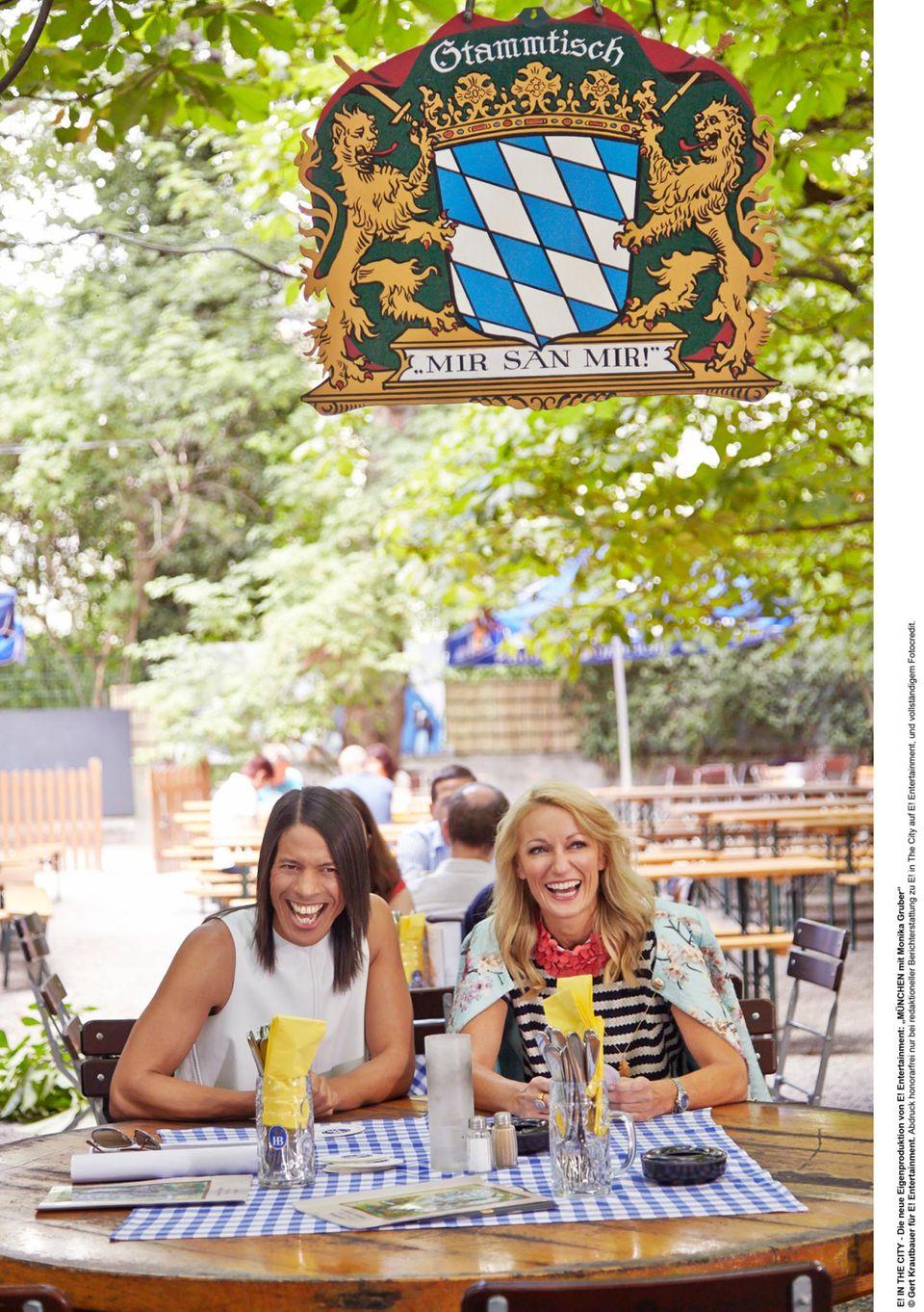 Comedian Monika Gruber führte Jorge González durch München - Biergarten inklusive!