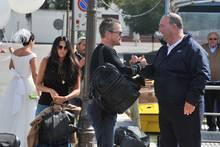 Luciana Barroso (li. im schwarzen T-Shirt) und Ehemann Matt Damon werden bei ihrer Ankunft in Venedig von Alessandro Greco (re.) begrüßt.
