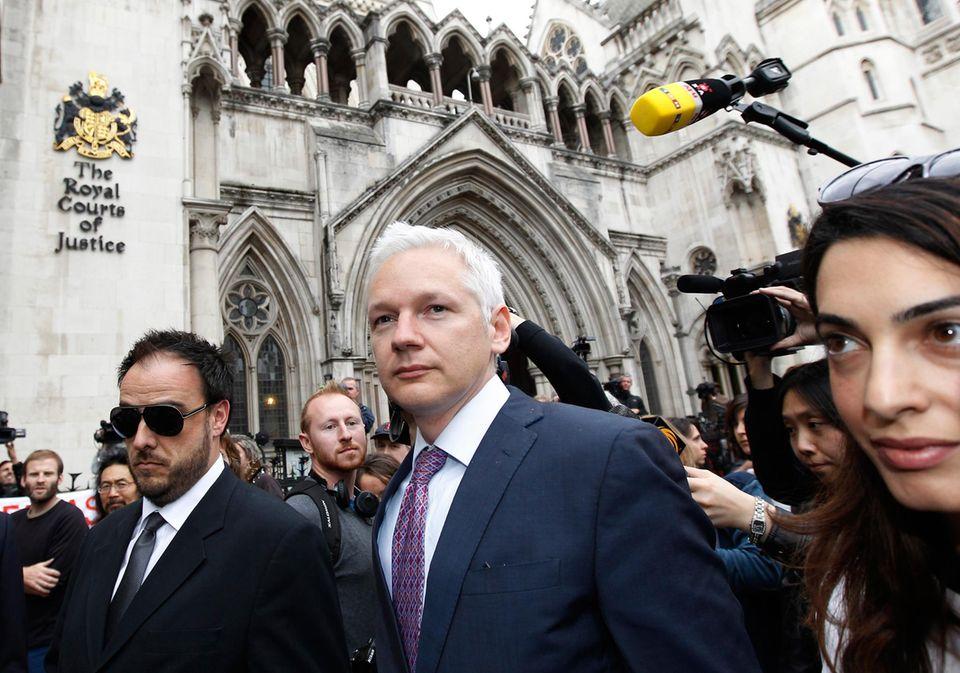 """Steile Karriere: Zu Amals Klienten zählt unter anderem auch WikiLeaks Gründer Julian Assange, der voll des Lobes für die schöne Anwältin ist: """"Sie hat keine Angst, gegen die Korruption der Macht zu kämpfen""""."""