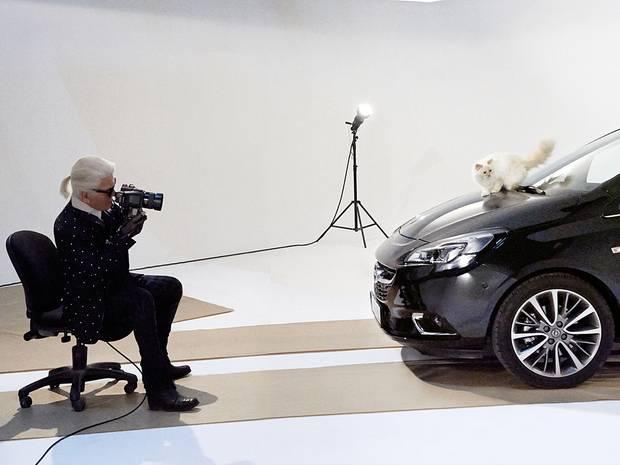 Auf der Motorhaube des neuen Opel Corsas bewegt sich Kätzchen Choupette vor der Kamera von Karl Lagerfeld.
