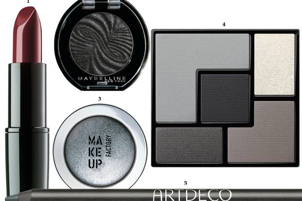 """1. """"Lippenstift 25c – Impulse"""" von Beauty Is Life, ca. 28 Euro; 2. Puderlidschatten mitraffiniertem 3-D-Effekt: """"Colorshow Mono Shadow –22 Black Out"""", von Maybelline New York, ca. 7 Euro; 3. Lässt sich sehr gut mitden Fingern verarbeiten: Cremelidschatten """"Eyeshadow Mono –Nr. 09"""", von Make up Factory, ca. 13 Euro; 4. Smoking und verschiedene feine Ledertexturen standen Pate für die fünf Lidschattennuancen: """"Palette Fétiche – N°1 Tuxedo"""", von Yves Saint Laurent, ca. 58 Euro, limitiert; 5. Absolut partytauglich: """"Soft Eye Liner Waterproof – Nr. 95 Ancient Iron"""", von Artdeco, ca. 7 Euro"""