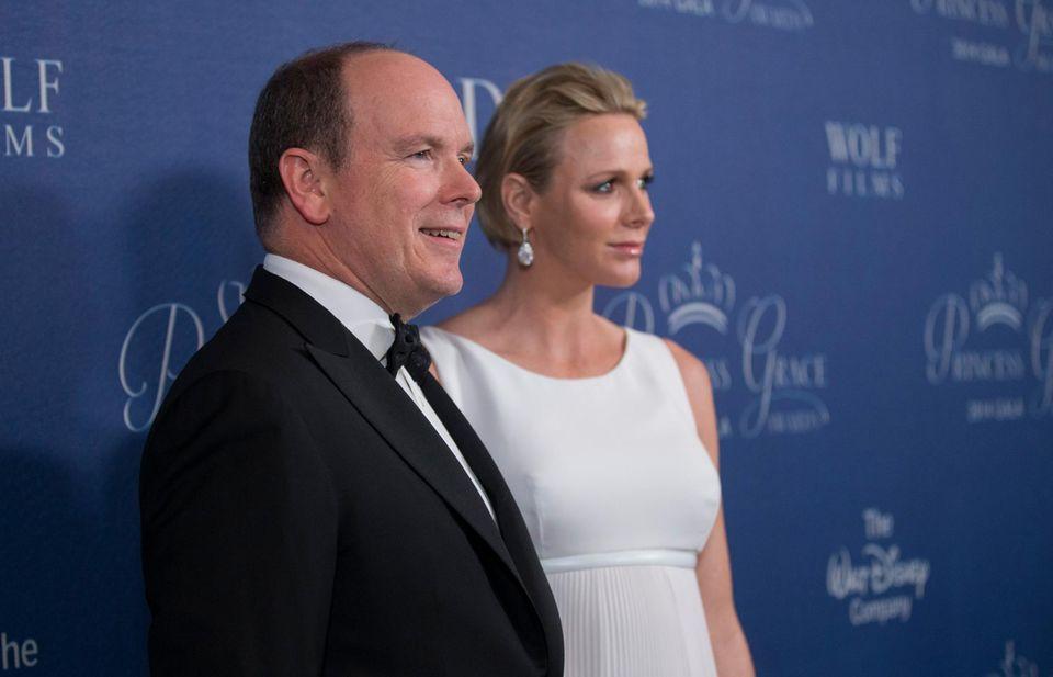 Fürst Albert und Fürstin Charlène erwarten im Dezember Zwillinge. Die Tatsache, dass das Fürstenpaar gleich doppelten Nachwuchs bekommt, sorgt für jede Menge Fragen.