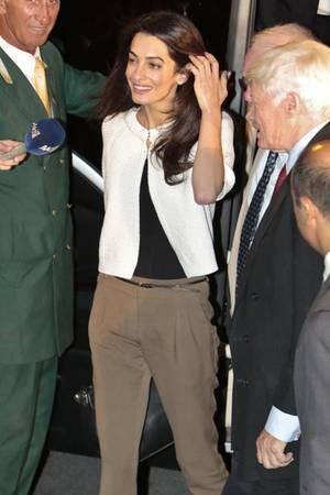 Hello Mrs. Clooney! Amal landete am Montag in Athen, um ihre Arbeit als Rechtsanwältin aufzunehmen.