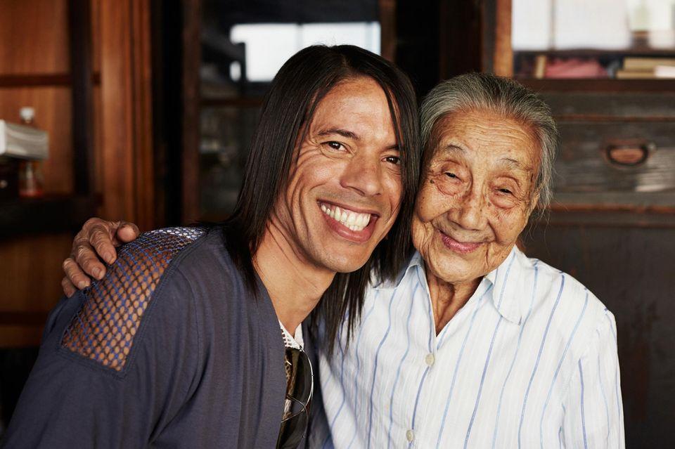 Rührender Moment: Jorge Gonzalez mit der 91-jährigen Fabrikbesitzerin Yoshie Ishiguro. Sie erklärte ihm und Tim Mälzer die Tradition der Bonito-Fischspäne- Herstellung. Die Flocken gelten als Grundlagefür japanische Gerichte wie Miso-Suppe.