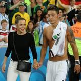 Mesut Özil und Mandy Capristo nach dem WM-Sieg der deutschen Nationalmannschaft.