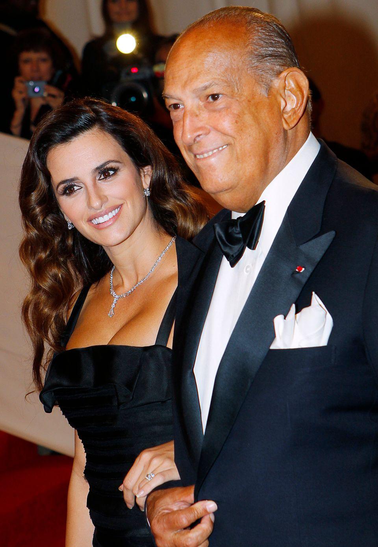 """Auf dem roten Teppich war Oscar de la Renta immer von den schönsten Frauen umgeben. Bei seiner Ankunft auf der """"Met-Gala 2011"""" begleitet ihn keine geringere als die Hollywood-Beauty Penélope Cruz."""